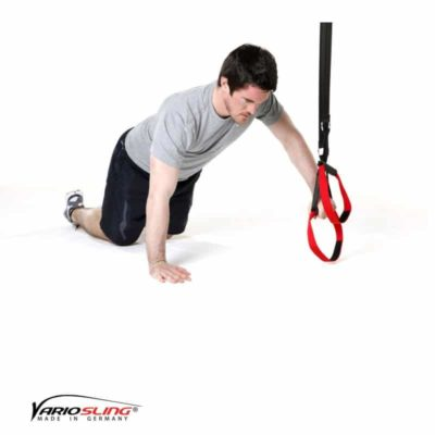 Sling-Trainer Brustübung – Push-up kniend, eine Hand am Griff