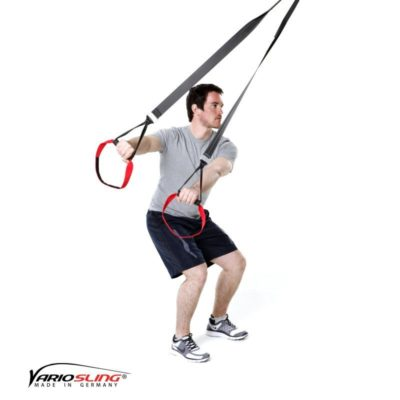 Sling-Trainer Ganzkörperübung – Golfrotation: Arme gestreckt und Hände beieinander